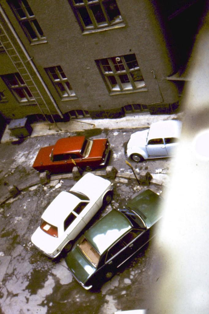 Piha noin 1975. Piha oli myös Erottajankatu 2:n ja Uudenmaankatu 1-5 piha. Vaaleansininen (Diamant blau) kuplani näkyy oikeassa laidassa.