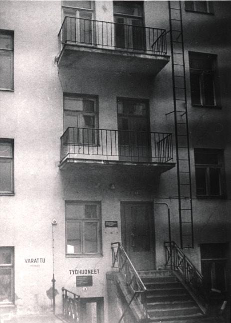 Vuorikatu 4 C porras, pihalla, jota ei enää ole. Ei ole myöskään taloa, jossa C -rappu oli.