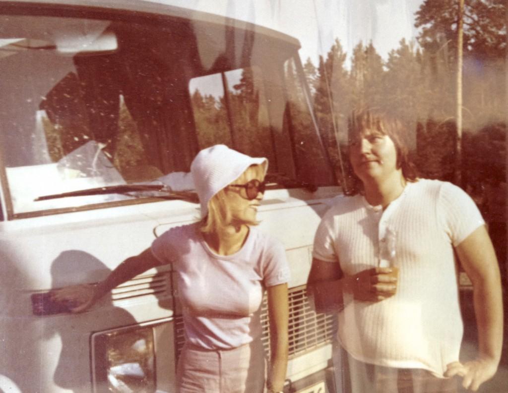 Minä ja Katri-Helena keikkabussin edessä jossain päin Suomea.